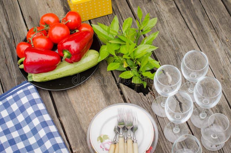 Verdure e piatti sulla tavola di legno rustica fotografia stock libera da diritti