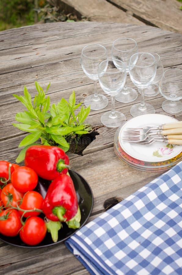 Verdure e piatti sulla tavola di legno rustica immagine stock libera da diritti