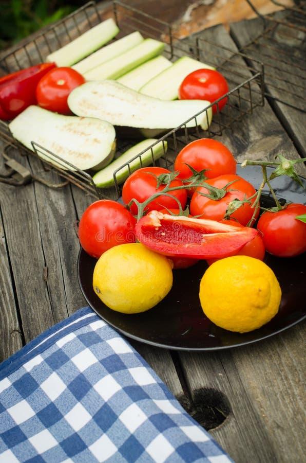Verdure e piatti sulla tavola di legno rustica immagine stock