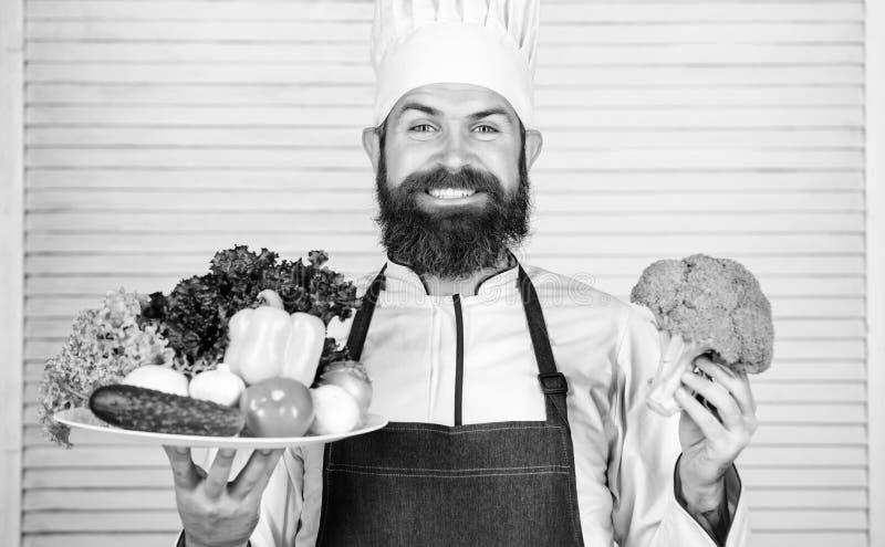 Verdure eccellenti di presentazione felici dell'uomo Alimento biologico Ricetta culinaria organica Eco di uso del cuoco unico mat fotografia stock
