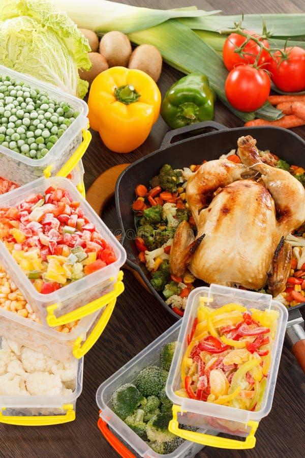 Verdure ed alimento del pollo congelati torrefazione fotografie stock