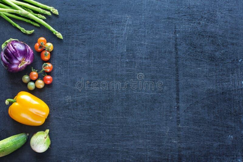 Verdure fresche dell'azienda agricola su un fondo scuro fotografia stock libera da diritti