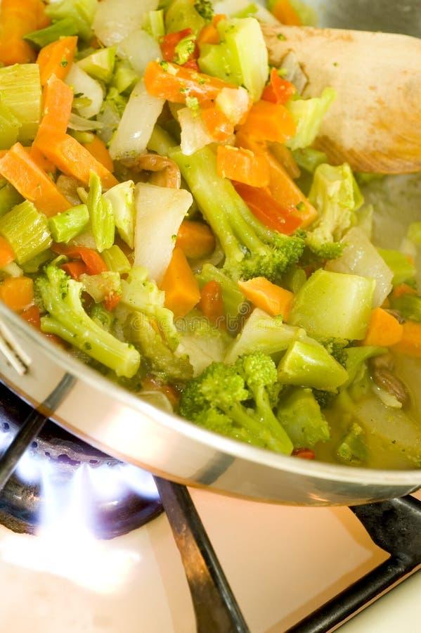 Verdure fritte Stir sull'intervallo fotografia stock libera da diritti