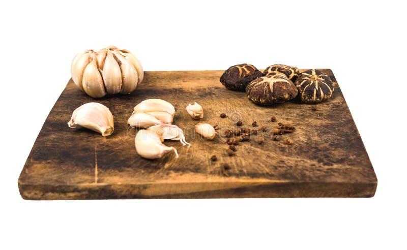Verdure, funghi e spezie su un tagliere di legno immagini stock libere da diritti