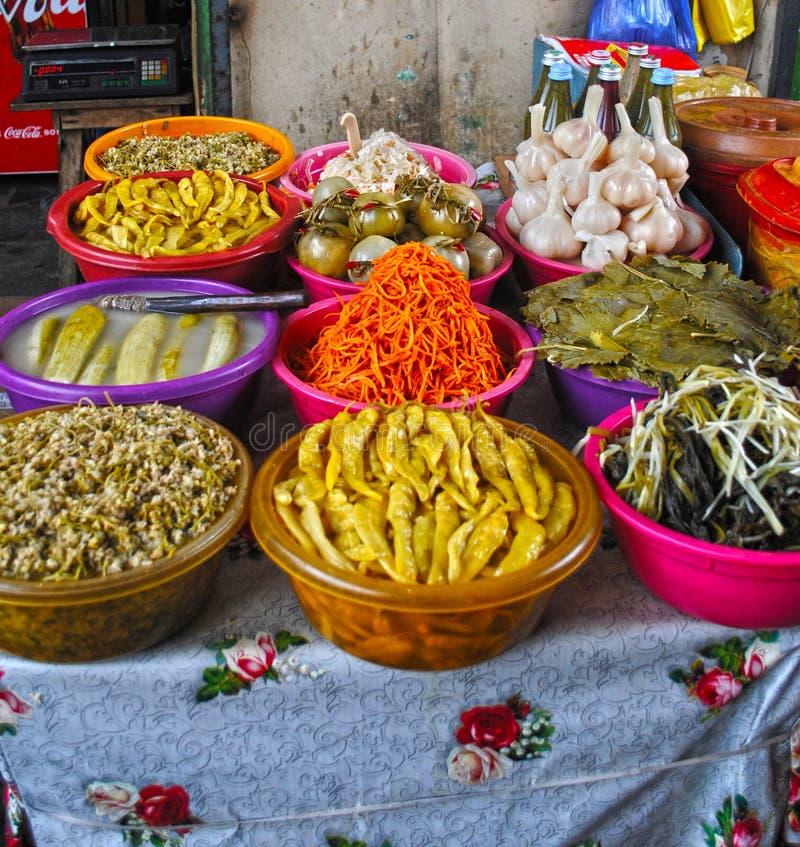 Verdure marinate nel mercato all'aperto, Georgia fotografia stock libera da diritti