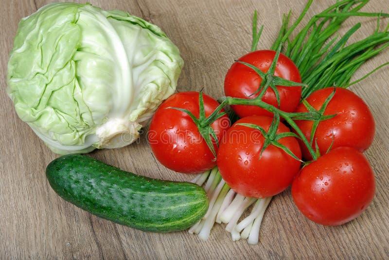 Verdure mature fresche - pomodori, cavolo, cipolle verdi e cetriolo Fine in su fotografia stock