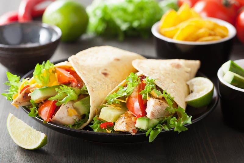 Verdure messicane del petto di pollo dell'involucro della tortiglia fotografia stock