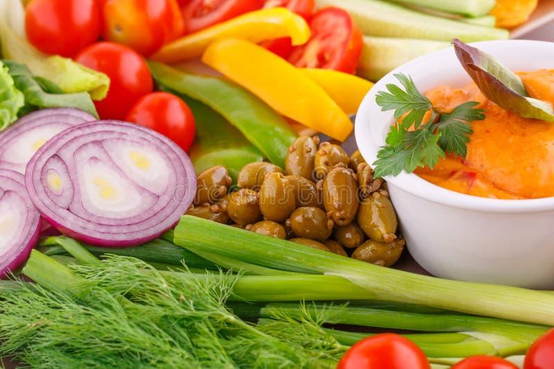 Verdure, olive, nacho, rosso e sause del formaggio fotografia stock