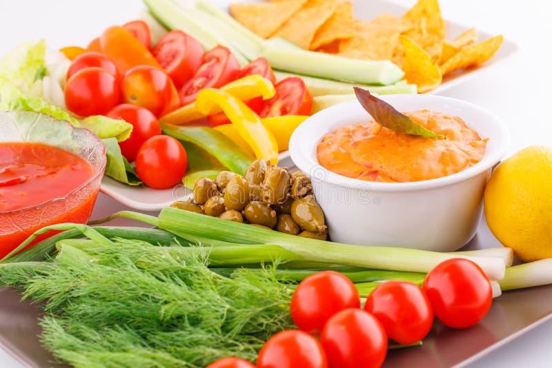 Verdure, olive, nacho, rosso e sause del formaggio immagine stock