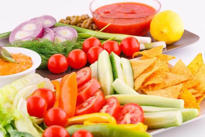 Verdure, olive, nacho, rosso e sause del formaggio fotografie stock libere da diritti