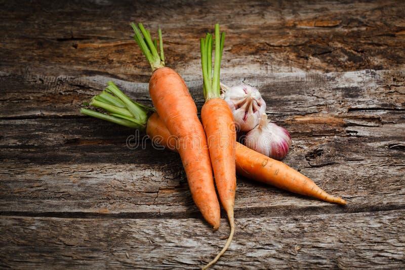 Verdure organiche - carota, aglio. Fondo dell'alimento fotografia stock libera da diritti