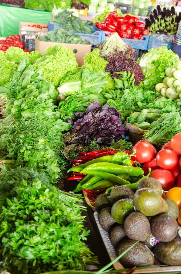 Verdure organiche fresche e verdi sul contatore del mercato della drogheria Concetto sano di cibo immagini stock