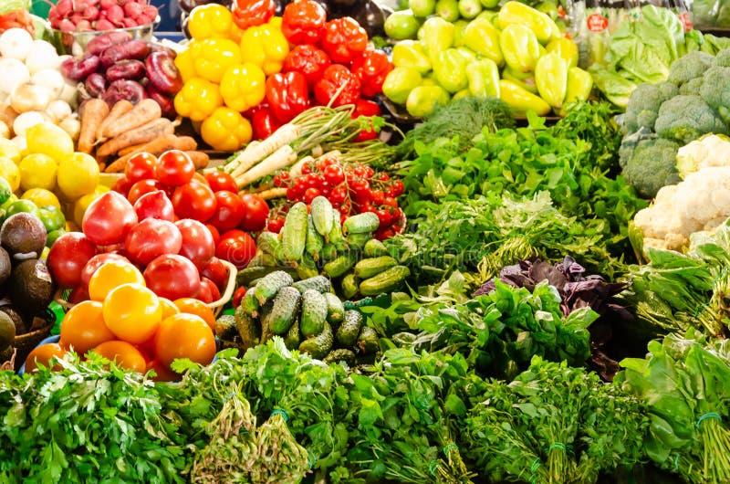 Verdure organiche fresche e verdi sul contatore del mercato della drogheria Concetto sano di cibo fotografia stock