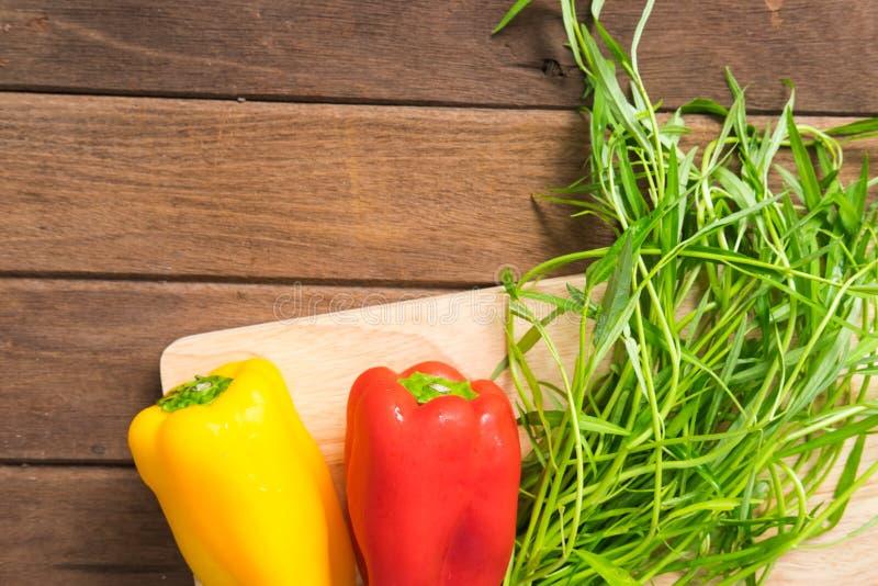 Verdure organiche fresche su fondo di legno fotografia stock libera da diritti