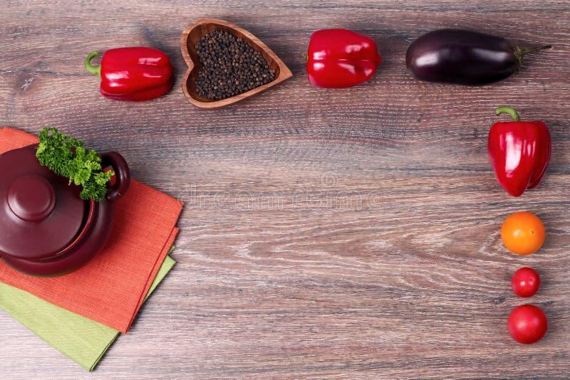 Verdure (pepe, pomodoro, parsleyl, melanzana) sul tiro alto di vecchia del fondo fine di legno di spese generali fotografia stock