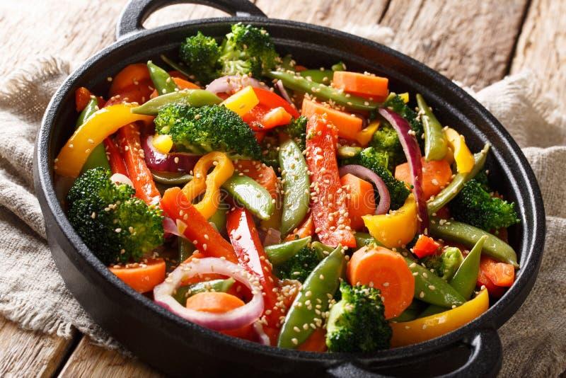 verdure Rapido-fritte con sesamo in primo piano asiatico in una ciotola, orizzontale di stile immagini stock libere da diritti