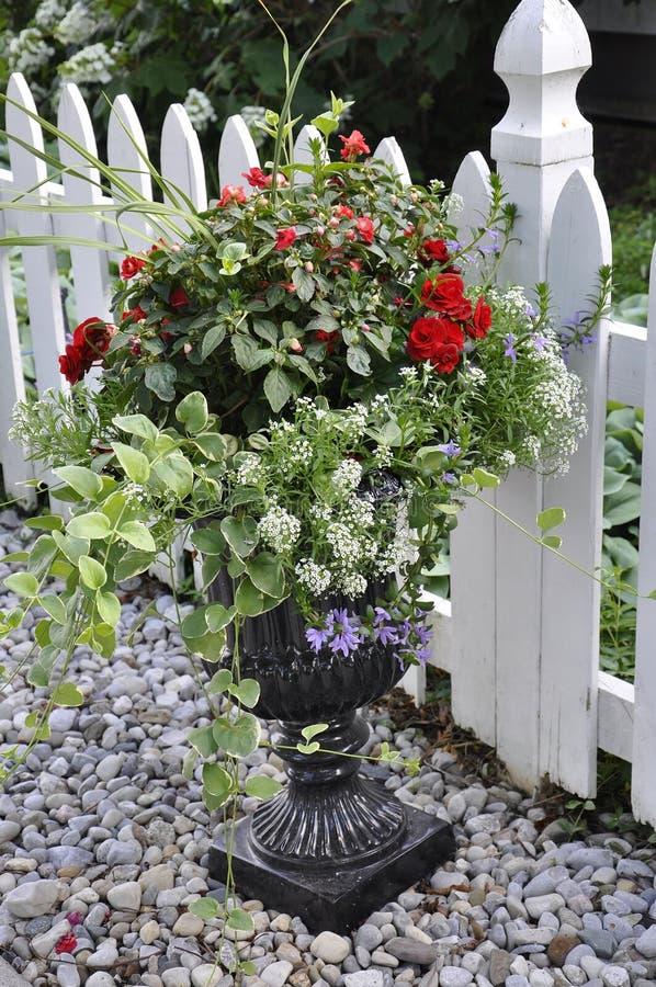Verdure saltate di marmo con la bella disposizione di fiori dalla città del Niagara-su--lago nella provincia di Ontario fotografia stock libera da diritti
