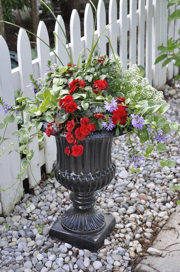 Verdure saltate di marmo nere con la bella disposizione di fiori dalla città del Niagara-su--lago nella provincia di Ontario fotografie stock libere da diritti