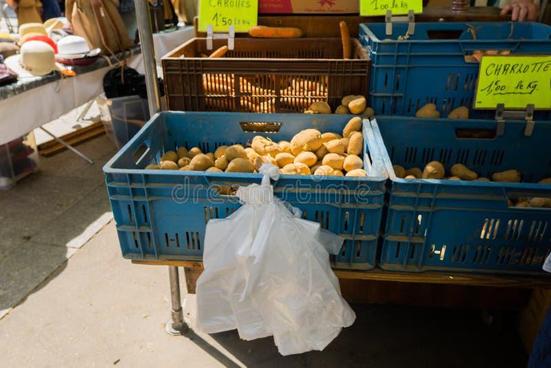 Verdure in scatole e canestri sul mercato di strada immagine stock libera da diritti