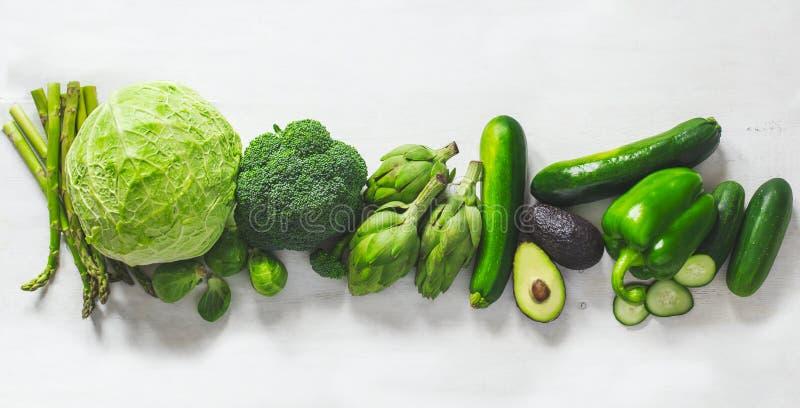 Verdure verdi su una priorità bassa bianca Serie piana di disposizione di verdure verdi assortite fotografie stock libere da diritti