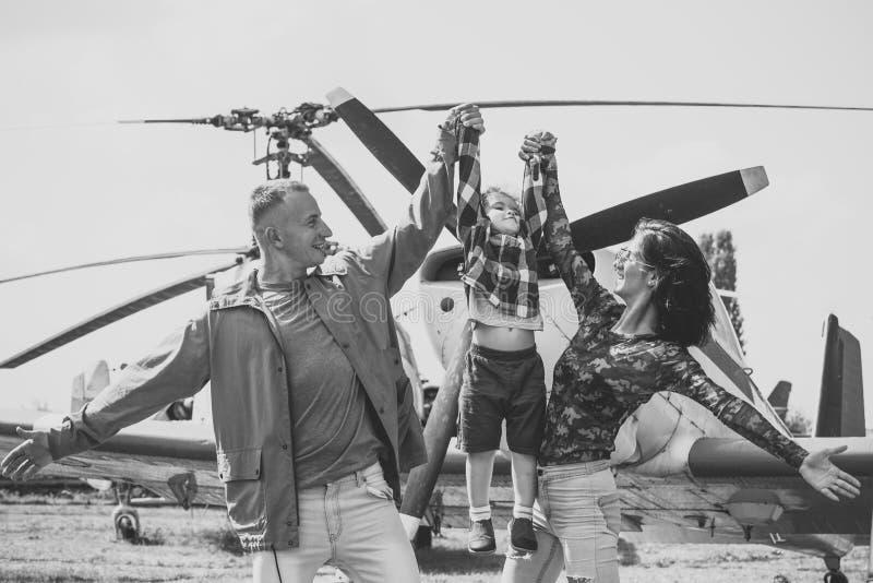 Verehrung von Kind-` s Siegen Glückliche Familie verbringen Zeit zusammen, auf Exkursion, Hubschrauber oder Fläche auf Hintergrun lizenzfreies stockfoto