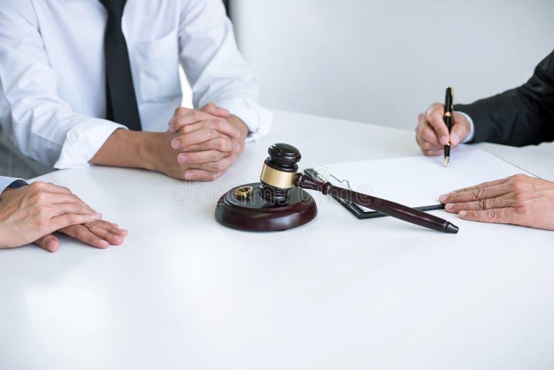 Vereinbarung vorbereitet durch unterzeichnende Scheidungsurteilauflösung des Rechtsanwalts oder Annullierung der Heirat, des Ehem lizenzfreie stockfotos