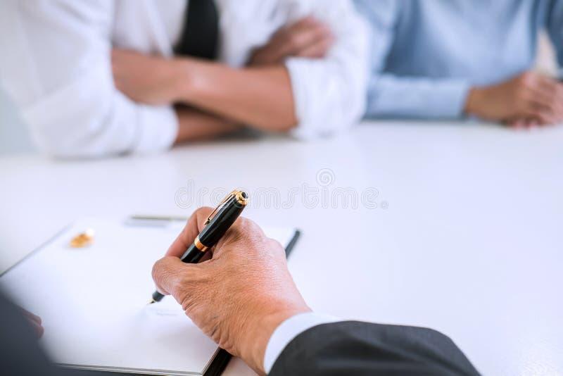 Vereinbarung vorbereitet durch unterzeichnendes dissolut Scheidungsurteil des Rechtsanwalts lizenzfreie stockfotos