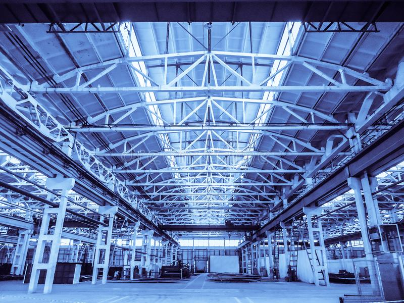 Vereinheitlichte typische Spanne des Standards vorfabriziert von einem Stahlbetonrahmen-Produktionsgebäude Hintergrund im blauen  lizenzfreie stockfotografie