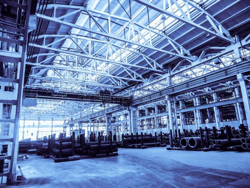 Vereinheitlichte typische Spanne des Standards vorfabriziert von einem Stahlbetonrahmen-Produktionsgebäude Hintergrund im blauen  stockfotos
