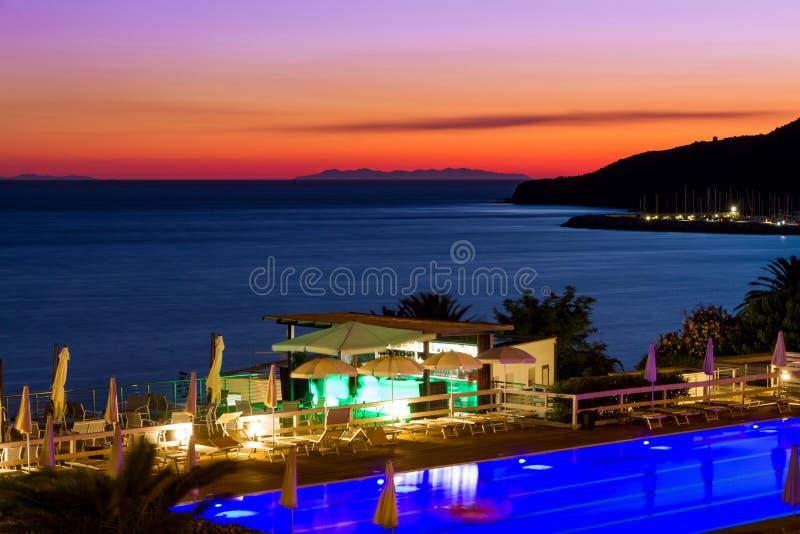Vereinigen Sie und halten Sie durch das Meer bei Sonnenuntergang im Sommer in Italien ab stockbild