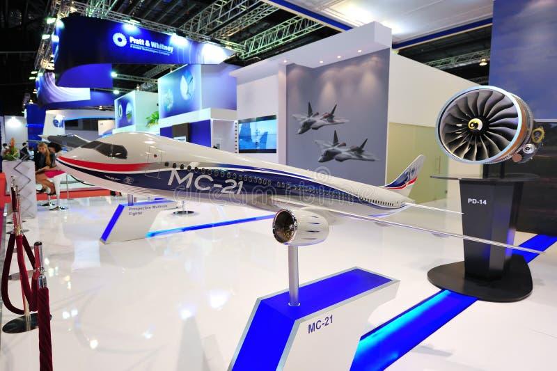 Vereinigte Aircraft Corporation (UAC) seine Maschine PD-14 und Flugzeuge MC-21 zur Schau stellend modellieren in Singapur Airshow lizenzfreie stockfotografie