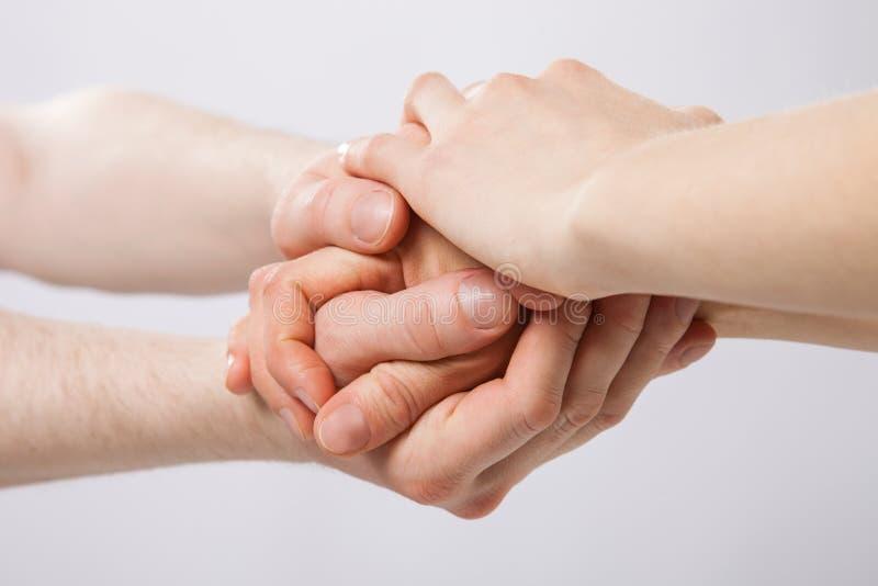 Vereinigte Hände auf grauem Hintergrund lizenzfreies stockbild