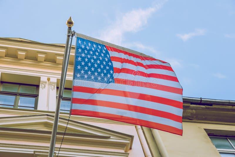 Vereinigte Zustands-Amerika-Flagge nahe dem Gebäude Sonniger und kalter Tag Städtisches Reisefoto 2019 stockbilder