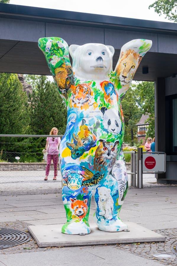 Vereinigter Buddy Bears am Zoo in Berlin Bär mit gemalten Tieren stockbild