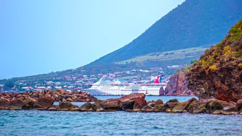 Vereinigung des St. Kitts und Nevis - 13. Mai 2016: Die Karnevals-Kreuzschiff-Faszination am Dock stockfoto