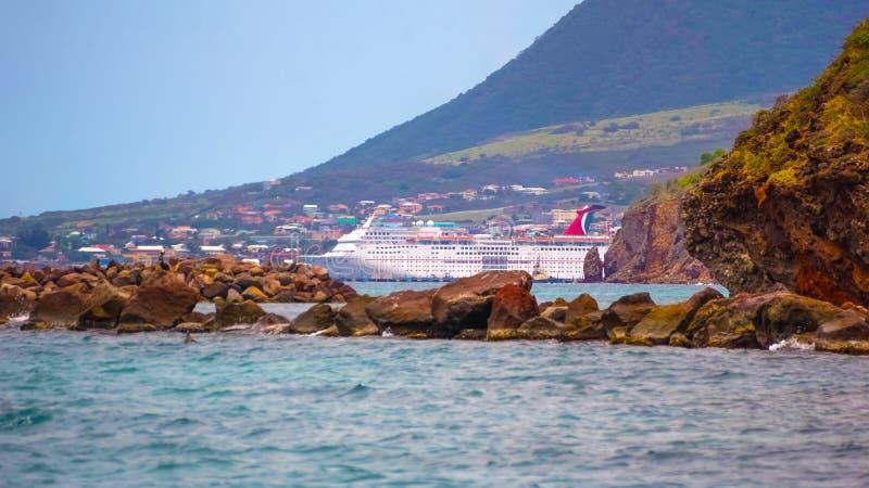 Vereinigung des St. Kitts und Nevis - 13. Mai 2016: Die Karnevals-Kreuzschiff-Faszination am Dock stockbild