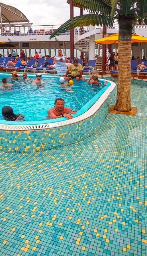Vereinigung des St. Kitts und Nevis - 13. Mai 2016: Die Leute, die am Pool auf Karnevals-Kreuzschiff-Faszination stillstehen lizenzfreies stockfoto