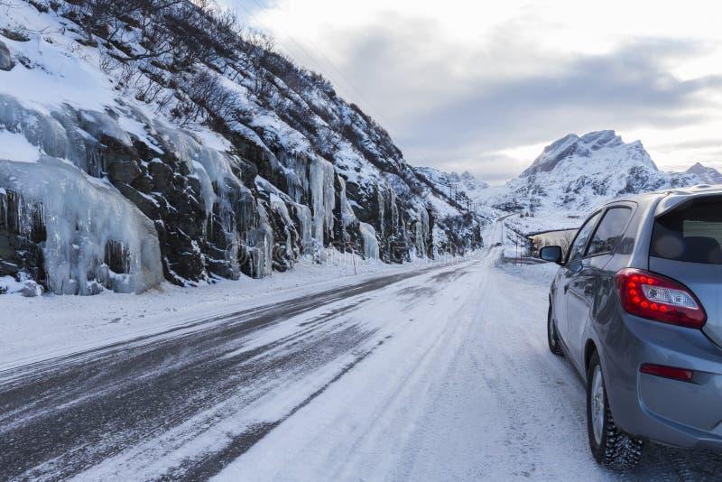 Vereiste Straße in Richtung zu Ã… im Westen der Lofoten-Inseln im Winter lizenzfreies stockbild
