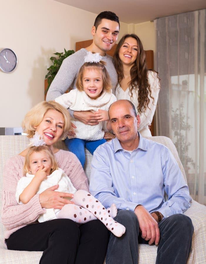 Verenigde familie in woonkamer stock foto