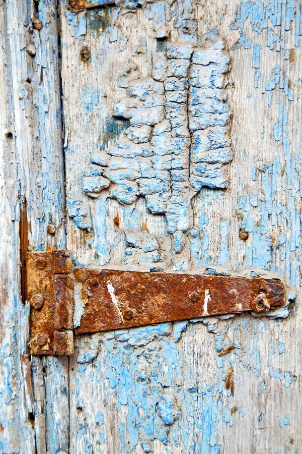 verf in de blauwe houten deur en van Marokko kloppers royalty-vrije stock afbeelding