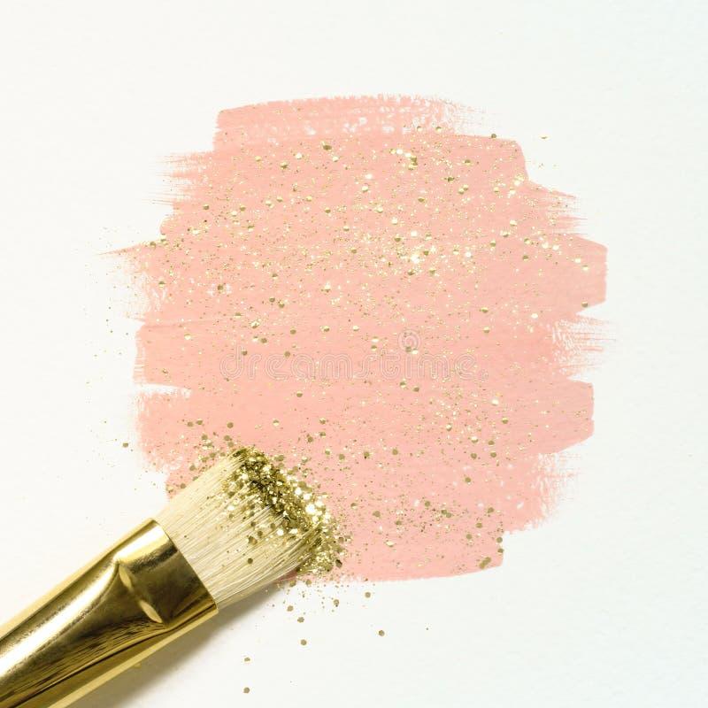 Verf van de pastelkleur schittert de roze waterverf met goud en borstelt royalty-vrije stock afbeelding