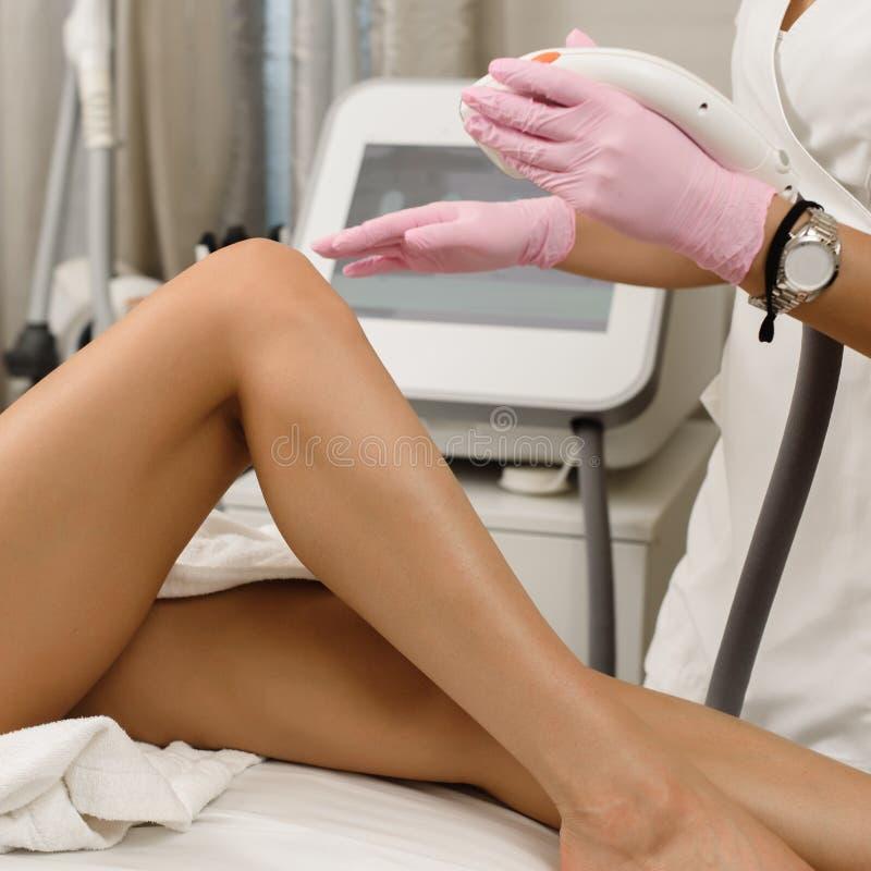 Verfahren von Beine epilation lizenzfreie stockfotografie