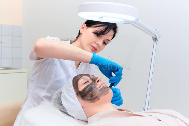 Verfahrenskohlenstoffgesichtsbehandlung, die in die Klinik von Laser-Cosmetology abzieht lizenzfreie stockfotografie