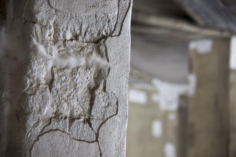 Verfallende Zementwand stockbild