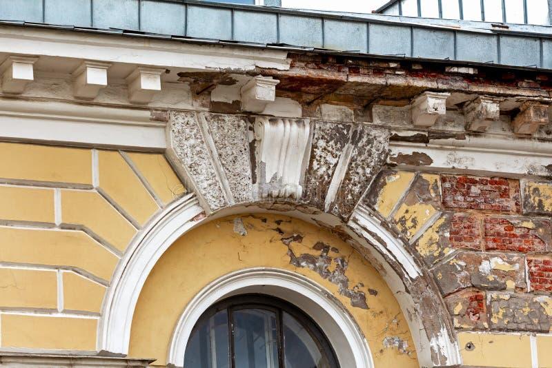 Verfallene Fassade eines Altbaus lizenzfreie stockfotografie