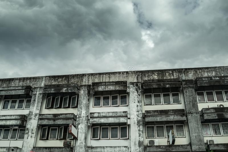 Verfallenes altes Apartmenthaus stockfotos