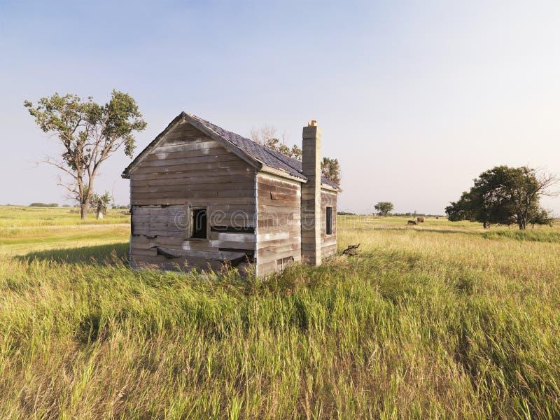 Verfallenes Haus auf dem Gebiet. lizenzfreie stockfotos