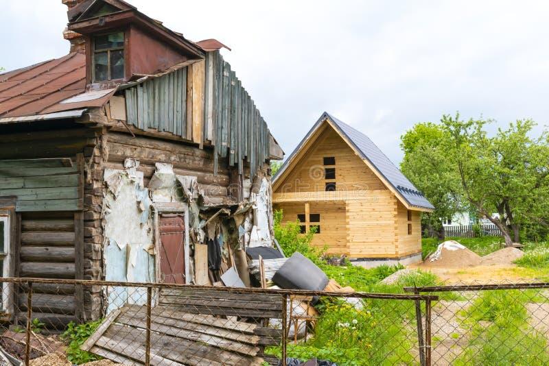 Verfallenes Haus und Haus im Bau stockfotos