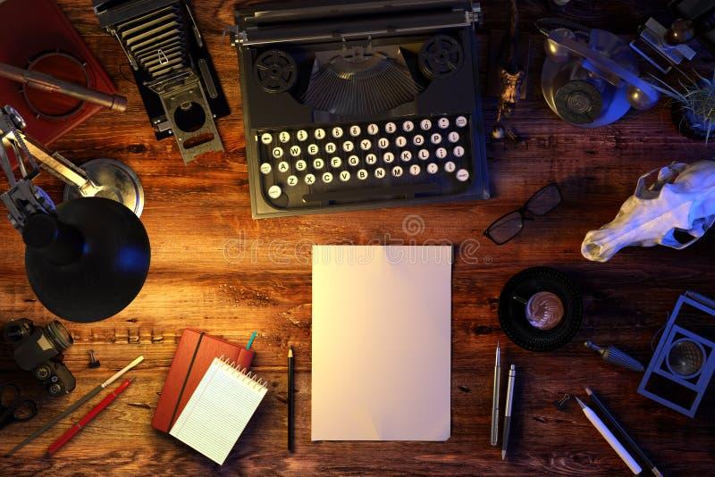 Verfasser ` s Schreibtischtabelle mit Schreibmaschine, altes Telefon, Weinlesekamera, Schädel, Versorgungen, Tasse Kaffee Beschne stockbild
