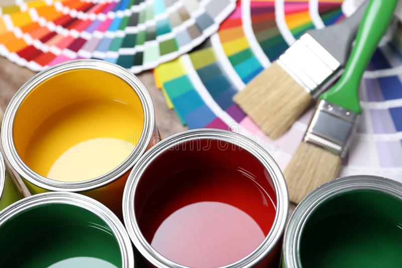 Verfblikken, de steekproeven van het kleurenpalet en borstels op lijst stock foto